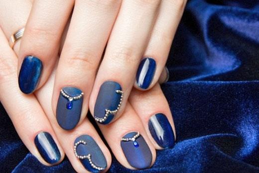 Фото дизайна ногтей с синим фоном